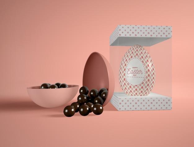 Wielkanocni czekoladowi jajka na stole