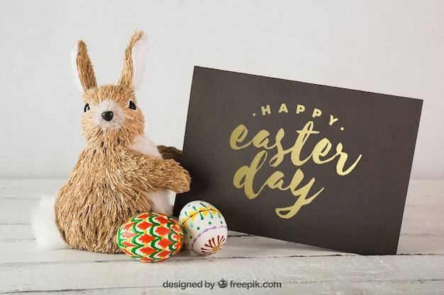 Wielkanocny mockup z królikiem i kopertą