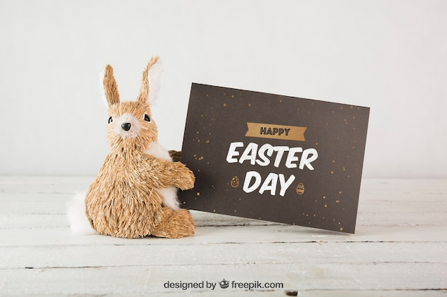 Wielkanocny mockup z królikiem obok koperty