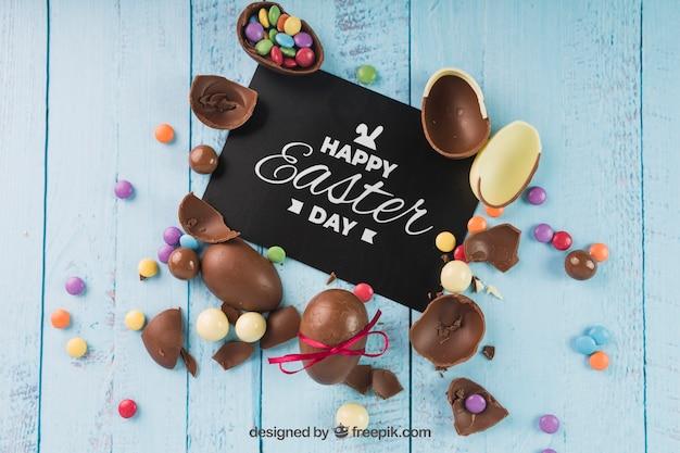 Wielkanocny mockup z łamanymi czekoladowymi jajkami