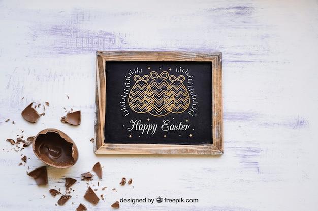 Wielkanocny mockup z łupkowym łamającym czekoladowym jajkiem