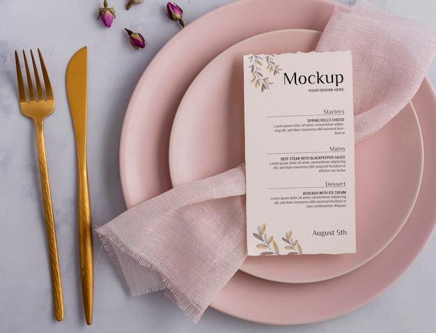 Wiosenne menu z talerzami i sztućcami na płasko
