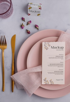 Wiosenne menu z talerzami i sztućcami nad widokiem