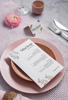 Wiosenne menu z talerzami i sztućcami pod wysokim kątem
