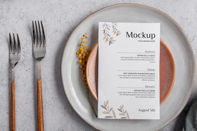 Wiosenne menu z talerzami i sztućcami widok z góry