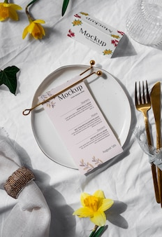 Wiosenne menu z widokiem z góry z talerzem i sztućcami