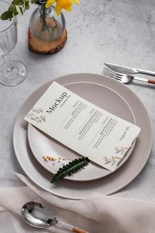 Wiosenne menu ze sztućcami pod wysokim kątem