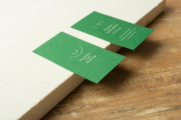 Wizytówki i drewniany stół