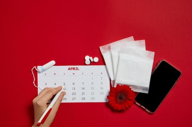 Wkładki menstruacyjne i czerwony kwiat