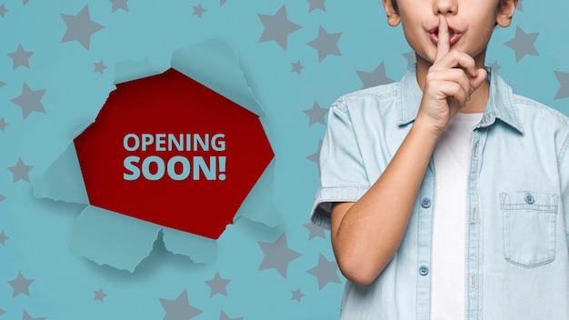 Wkrótce otwarcie! makieta młody ładny chłopiec