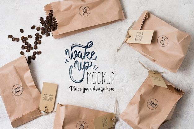Woreczki papierowe wypełnione makietą ziaren kawy