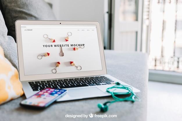 Workspace skład z smartphone na laptopie