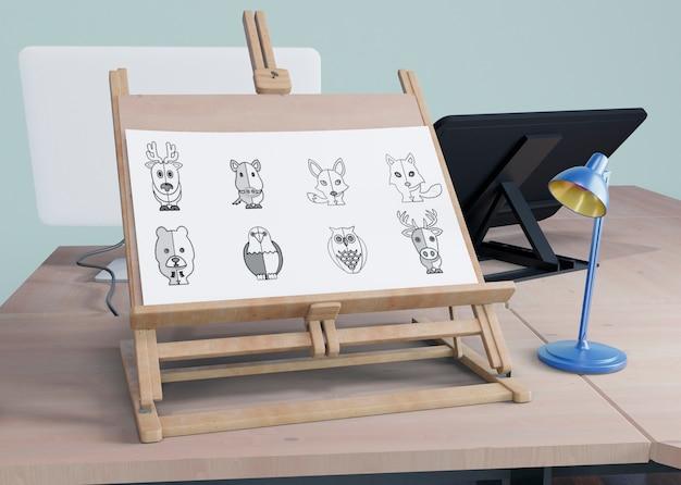 Wsparcie malowania na biurku z lampką obok