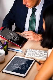Współpracownicy na spotkaniu za pomocą tabletu