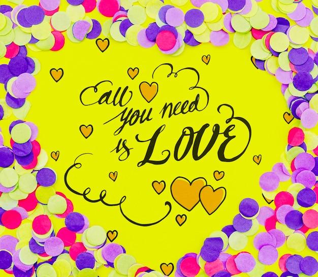 Wszystko czego potrzebujesz to miłość cytat konfetti kształt ramki