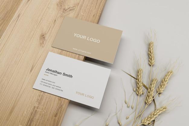 Wyczyść minimalną makietę wizytówki na małym drewnianym talerzu