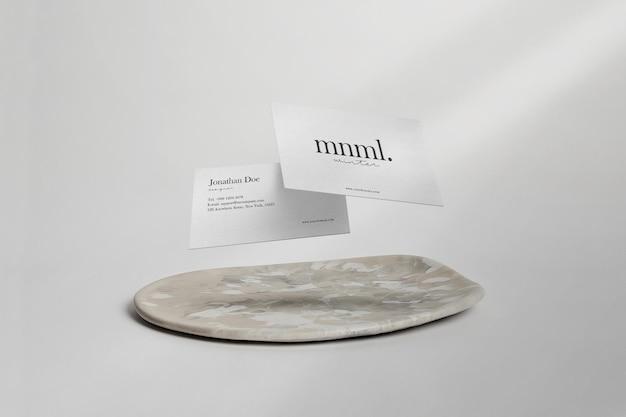 Wyczyść minimalną makietę wizytówki unoszącą się na talerzu