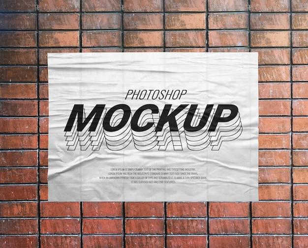 Wydrukuj papierową makietę na ścianie z cegły