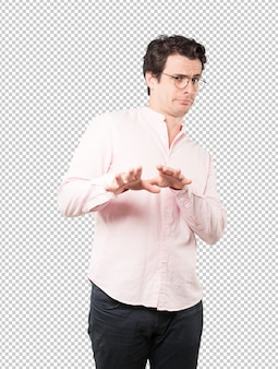 Wyniosły młody człowiek robi pogardliwy gest