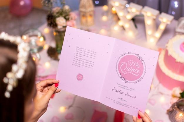 Wysoka broszura z otwartym zaproszeniem dla słodkiej piętnastki