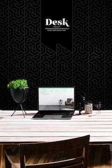 Wysoki kąt biurka z laptopem i doniczką