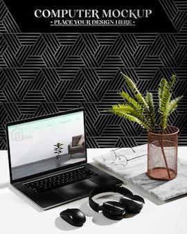 Wysoki kąt biurka ze słuchawkami i laptopem