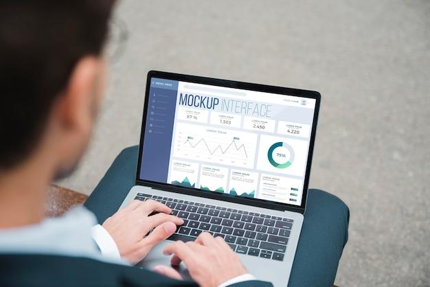 Wysoki kąt biznesmen pracuje na laptopie