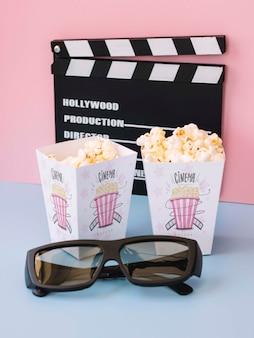 Wysoki kąt clapperboard z kinowym popcornem i okularami