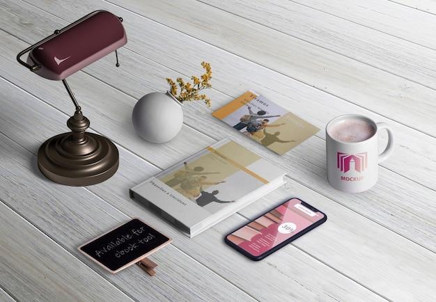 Wysoki kąt elementów twórcy sceny na biurku