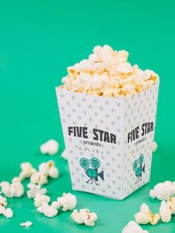 Wysoki kąt filiżanki popcornu