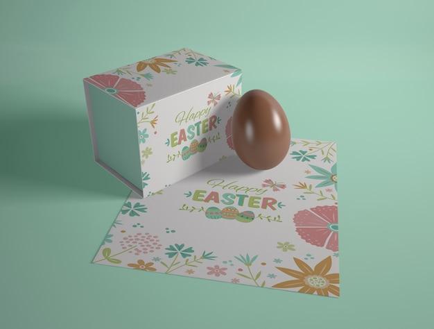 Wysoki kąt karty wielkanocnej i czekoladowe jajko