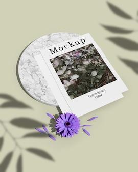 Wysoki kąt karty z liści cień i kwiat