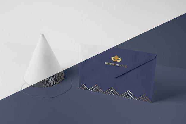 Wysoki kąt koperty z zaproszeniem na karnawał i stożkiem
