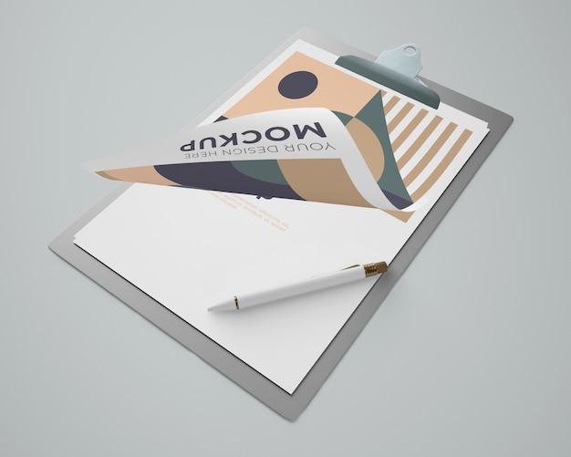 Wysoki kąt makiety notatnika z geometrycznym wzorem i długopisem