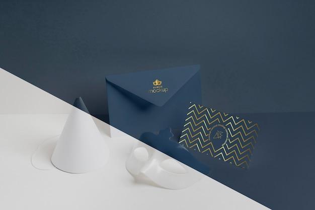 Wysoki kąt minimalistycznego zaproszenia na karnawał w kopercie i rożku