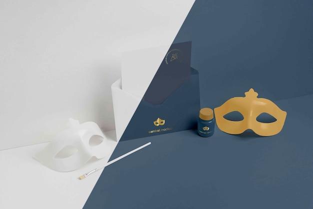 Wysoki kąt minimalistycznego zaproszenia na karnawał w kopercie z maskami