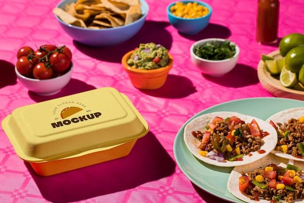 Wysoki kąt pyszne tacos na makiecie na talerzu