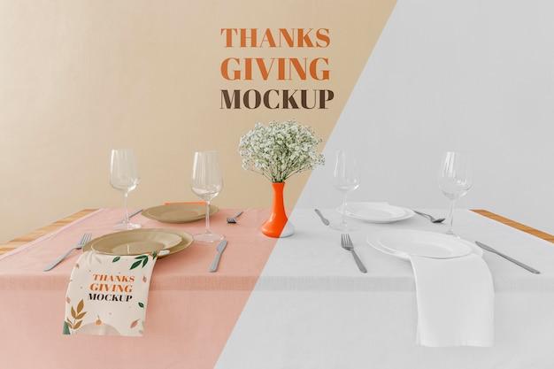 Wysoki kąt układania stołu obiadowego z kwiatami na święto dziękczynienia