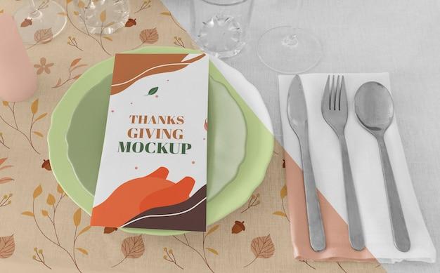 Wysoki kąt ułożenia stołu obiadowego na święto dziękczynienia ze sztućcami i talerzami