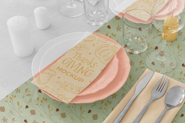 Wysoki kąt ustawienia stołu obiadowego na święto dziękczynienia z talerzami i naczyniami szklanymi