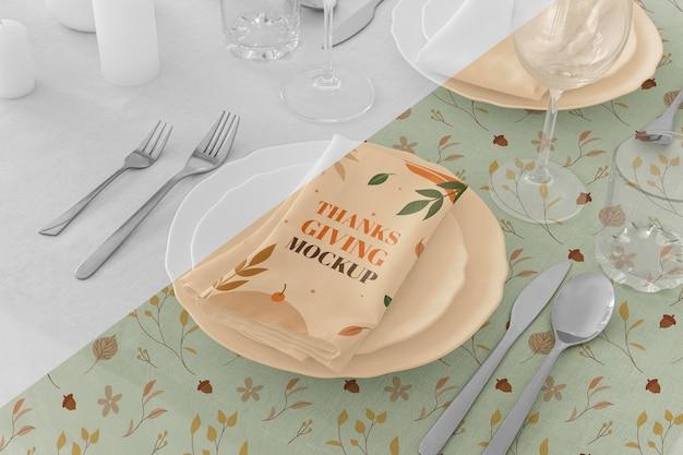 Wysoki kąt ustawienia stołu obiadowego w święto dziękczynienia