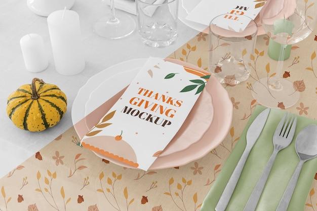 Wysoki kąt ustawienia stołu obiadowego ze sztućcami na święto dziękczynienia