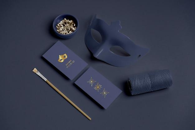 Wysoki kąt zaproszeń karnawałowych z maską i koralikami