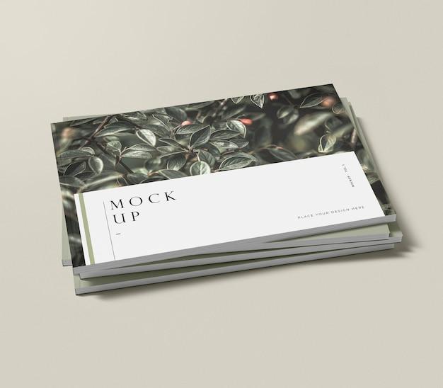 Wysoki stos makiety naturalnego magazynu redakcyjnego