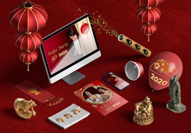 Wysoki widok laptopa i akcesoria na chiński nowy rok