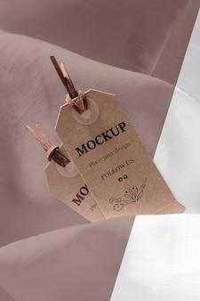 Wysoki widok makiety etykiet odzieżowych na miękkiej tkaninie