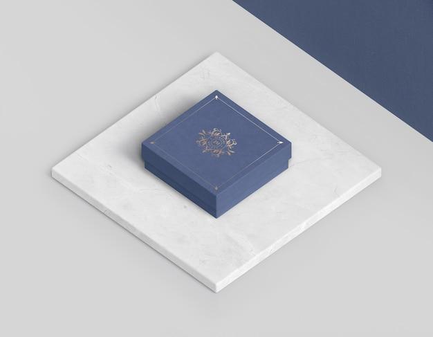 Wysoki widok niebieskiego zamkniętego pudełka na biżuterię