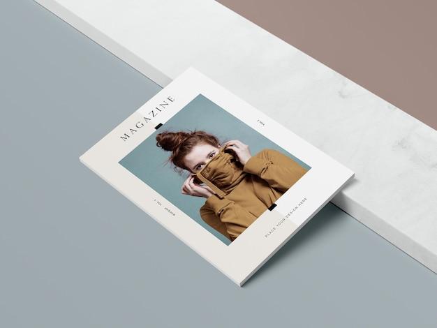 Wysoki widok okładki z makietą magazynu redakcyjnego kobieta i cień