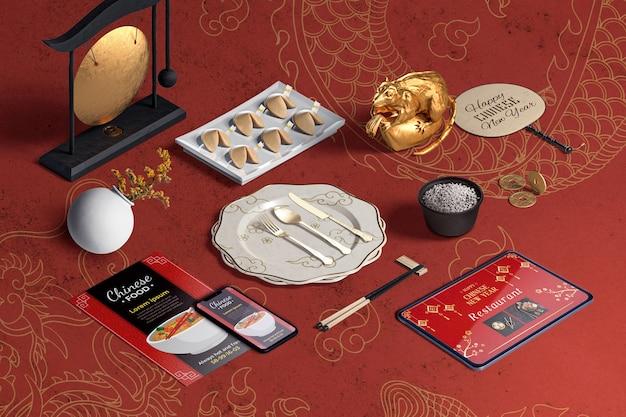 Wysoki widok sztućców i ciasteczek fortuny na chiński nowy rok