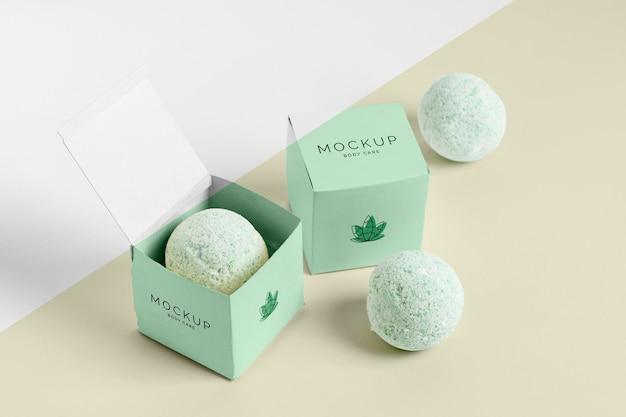 Wysokie, zielone kule do kąpieli i pudełka